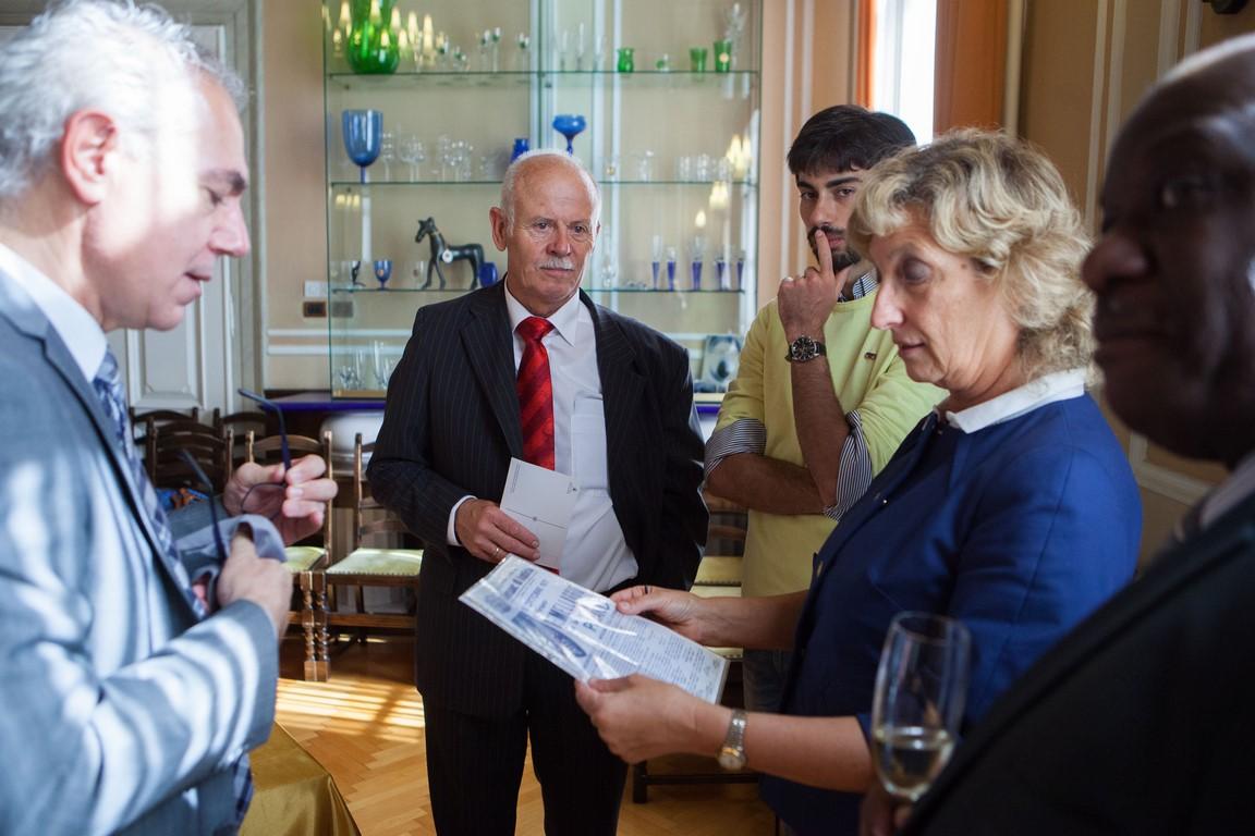 Nada Zajc inserisce spilla donata dal sindaco Bossmann PIRAN-076 (Copia)
